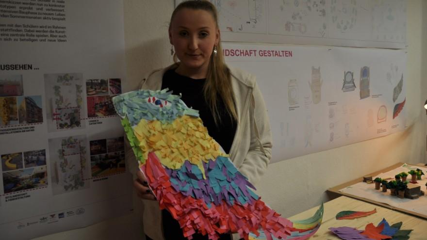 Schülerin mit Ausstellungsobjekt