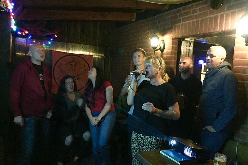 Alle am Karaoke-Singen